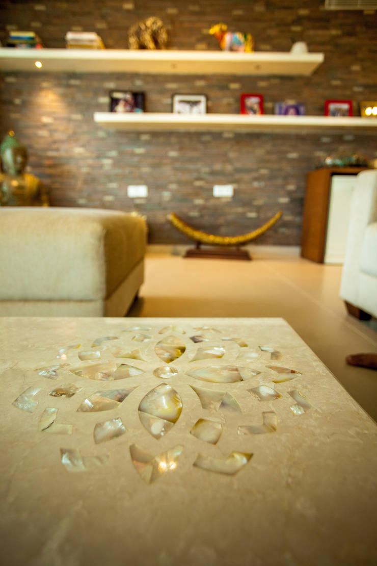 Lissy:  Living room by Design Dna,Modern