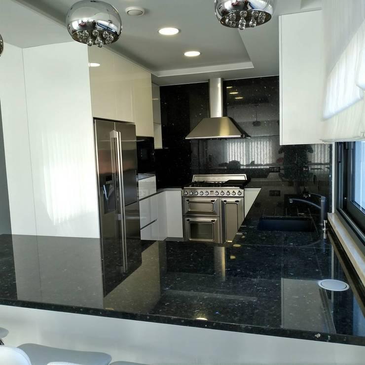 Lacado Branco, Granito e Inox: Armários de cozinha  por Moderestilo - Cozinhas e equipamentos Lda