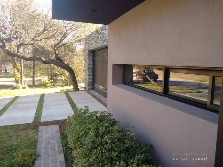 Fachada: Casas unifamiliares de estilo  por aarquitectos,
