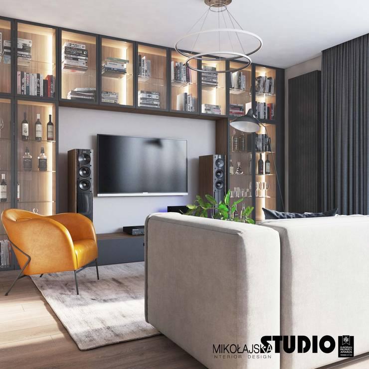półka na kolekcję alkoholu w salonie: styl , w kategorii Salon zaprojektowany przez MIKOŁAJSKAstudio