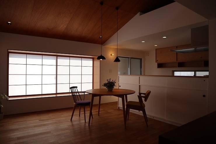 出窓の家: あかがわ建築設計室が手掛けたダイニングです。