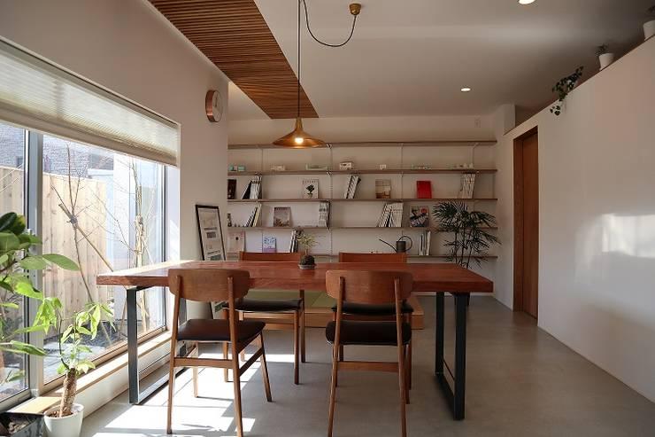 出窓の家: あかがわ建築設計室が手掛けたリビングです。