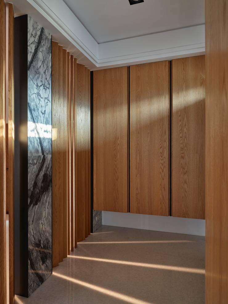 玄關:  走廊 & 玄關 by 澤序空間設計有限公司