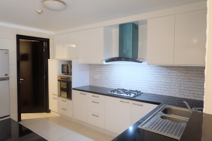 SOMERSET APARTMENT 3BR:  Kitchen by FIANO INTERIOR