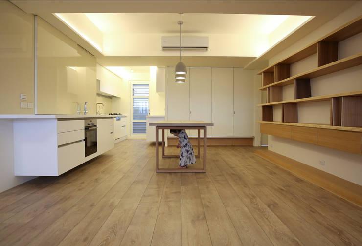 餐廳、廚房與和室:  餐廳 by 王采元工作室