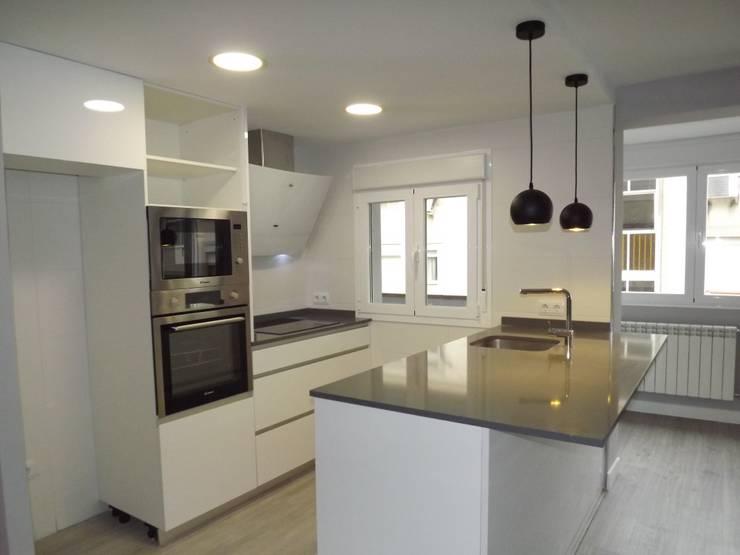 Cocina: Cocinas integrales de estilo  de Almudena Madrid Interiorismo, diseño y decoración de interiores