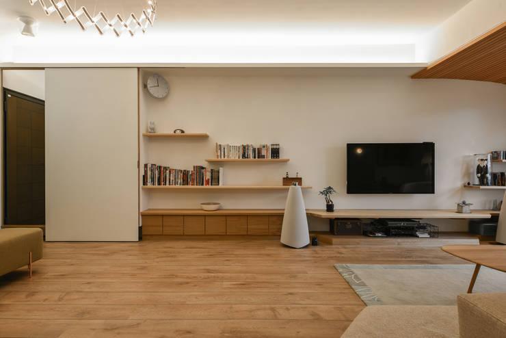 入口鞋櫃與層板:  客廳 by 王采元工作室