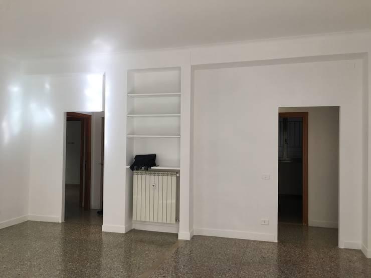 SCAFFALATURA PRIMA: Studio in stile  di Antonella Petrangeli