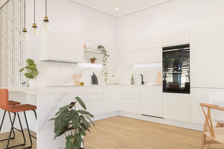 Dapur built in oleh Become a Home, Skandinavia