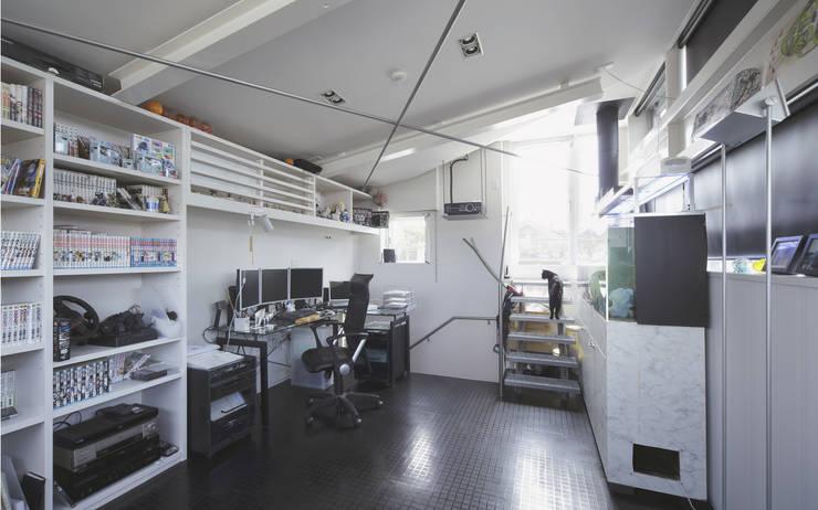 ミドセンチュリーテイスト 居間がテラスと一体化して繋がる成城の住まい: JWA,Jun Watanabe & Associatesが手掛けた書斎です。