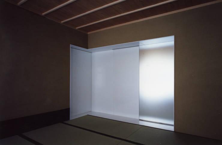 ひばりが丘、ギャラリーを意識した住まい、杉板化粧型枠コンクリート打ち放し外壁: JWA,Jun Watanabe & Associatesが手掛けた和室です。