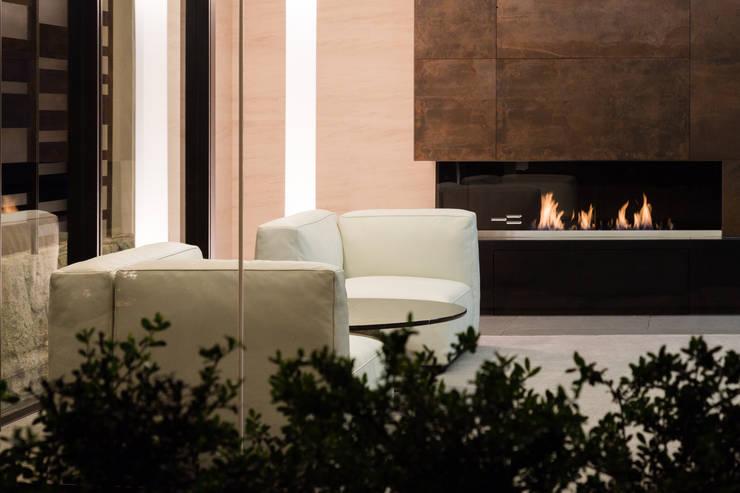 美しが丘、ガス暖炉のある住まい: JWA,Jun Watanabe & Associatesが手掛けたリビングです。