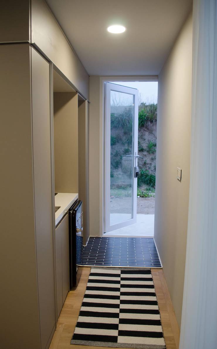 마룸 6평 (micro compact house): 마룸의  복도 & 현관,