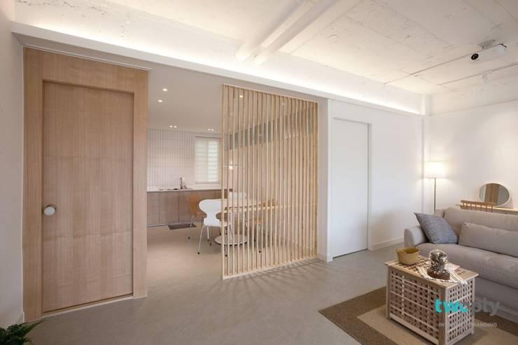 디자이너의 집 미니멀 라이프 – 상가주택 인테리어: 디자인투플라이의  다이닝 룸,