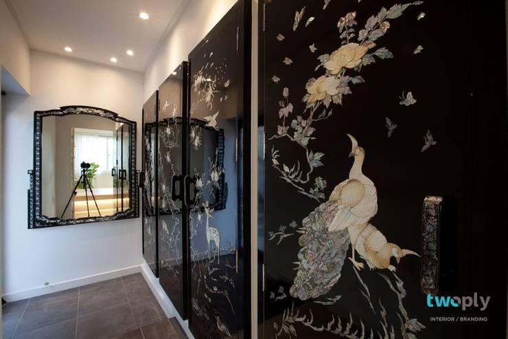 디자이너의 집 미니멀 라이프 – 상가주택 인테리어: 디자인투플라이의  복도 & 현관,
