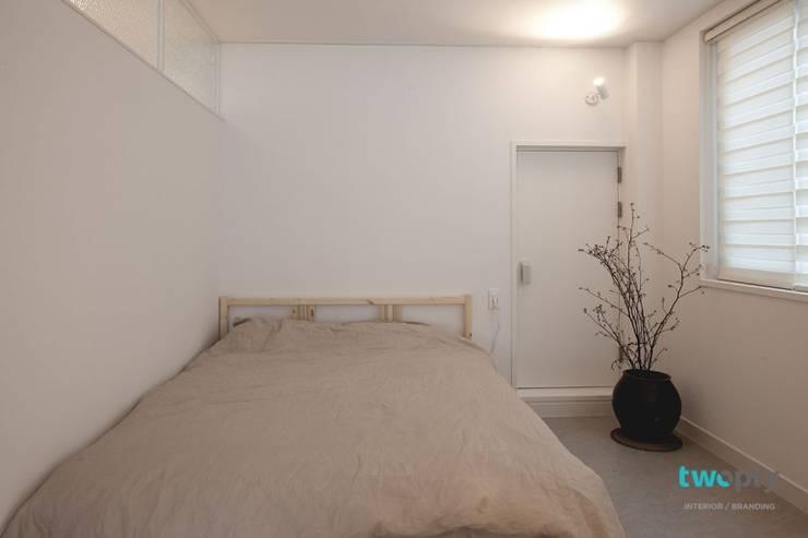 디자이너의 집 미니멀 라이프 – 상가주택 인테리어: 디자인투플라이의  침실,