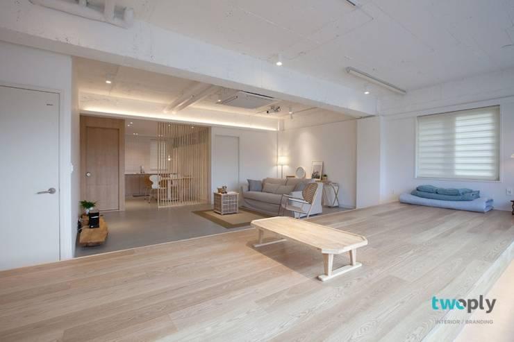 디자이너의 집 미니멀 라이프 – 상가주택 인테리어: 디자인투플라이의  거실,
