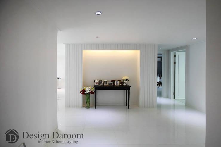 광장동 현대홈타운 53평형 복도 아트월: Design Daroom 디자인다룸의  복도 & 현관