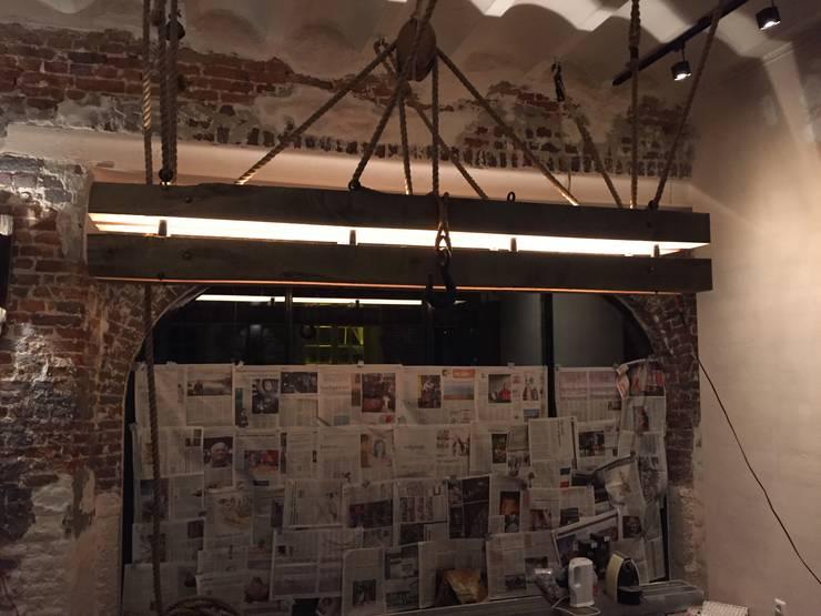 Montage met scheepstouwen en antieke katrollen:  Eetkamer door WE-Maatdesign