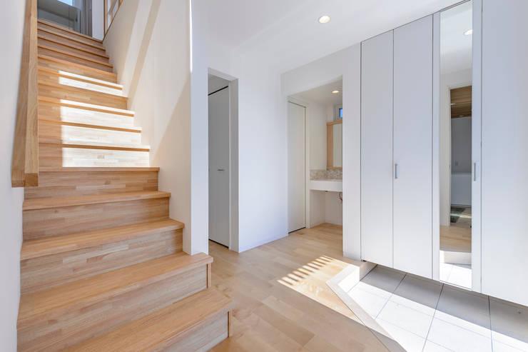HouseK2: 一級建築士事務所 ima建築設計室が手掛けた廊下 & 玄関です。