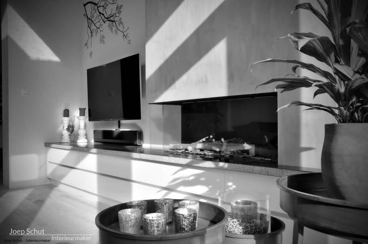 Audiomeubel, op maat gemaakt, met Belgisch hardstenen werkblad: modern  door Joep Schut, interieurmaker, Modern Hout Hout