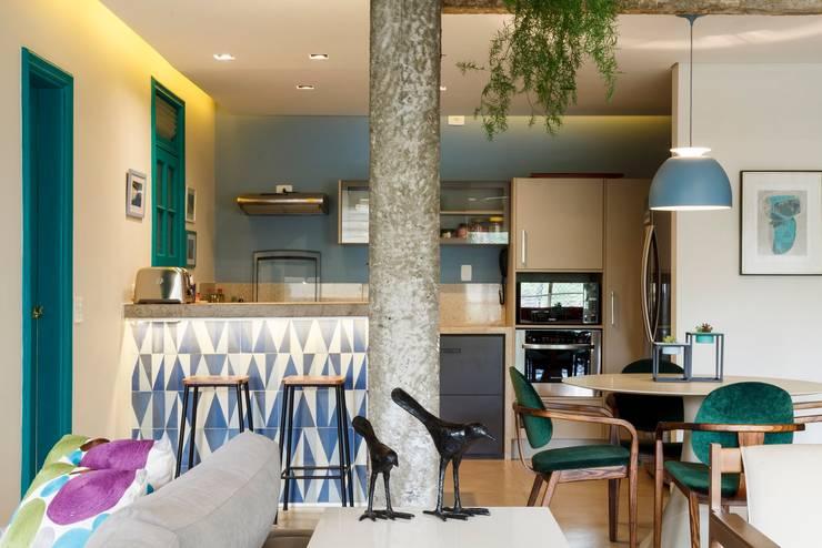 Apartamento Frei Caneca: Cozinhas  por Marcella Loeb