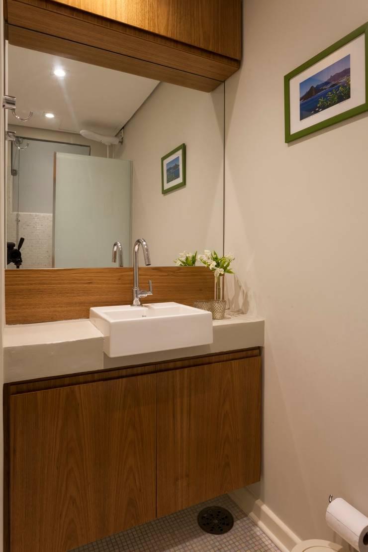 Apartamento Frei Caneca: Banheiros  por Marcella Loeb
