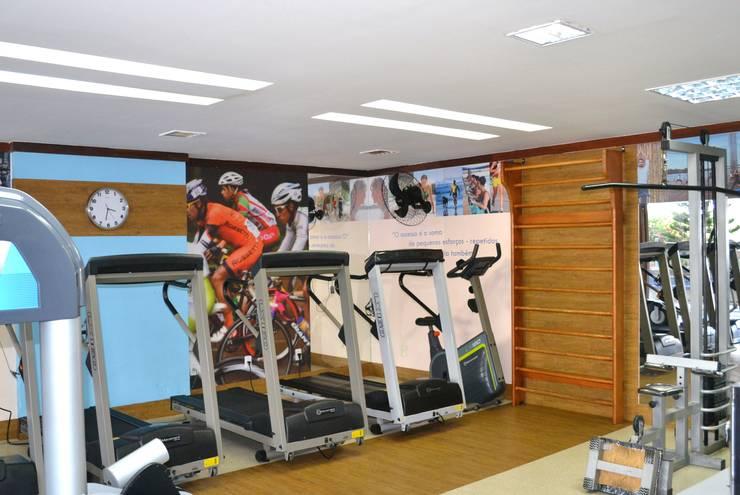 Academia - Vista das Esteiras: Fitness  por Joana Rezende Arquitetura e Arte