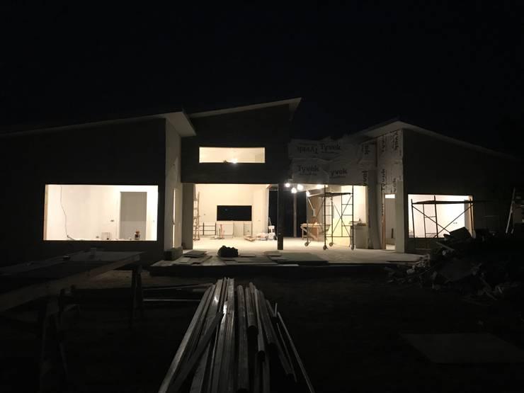 Fachada Nocturna: Casas unifamiliares de estilo  por ARquitectura