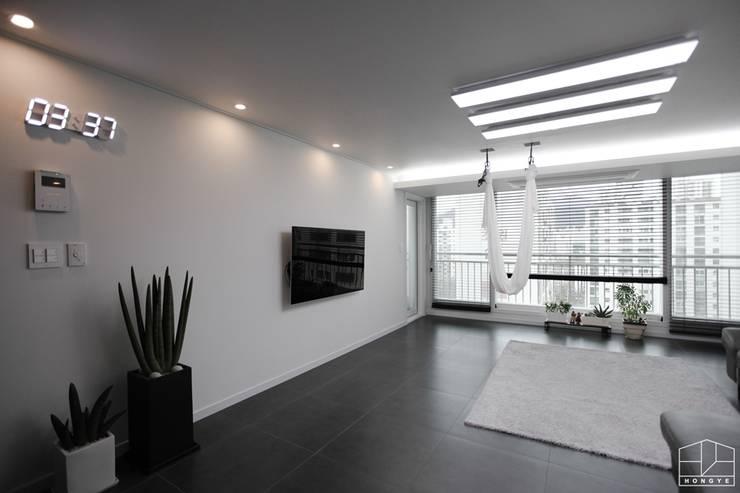 블랙&화이트 모던한 분위기의 평촌 초원2단지대림 아파트 32py : 홍예디자인의  거실,