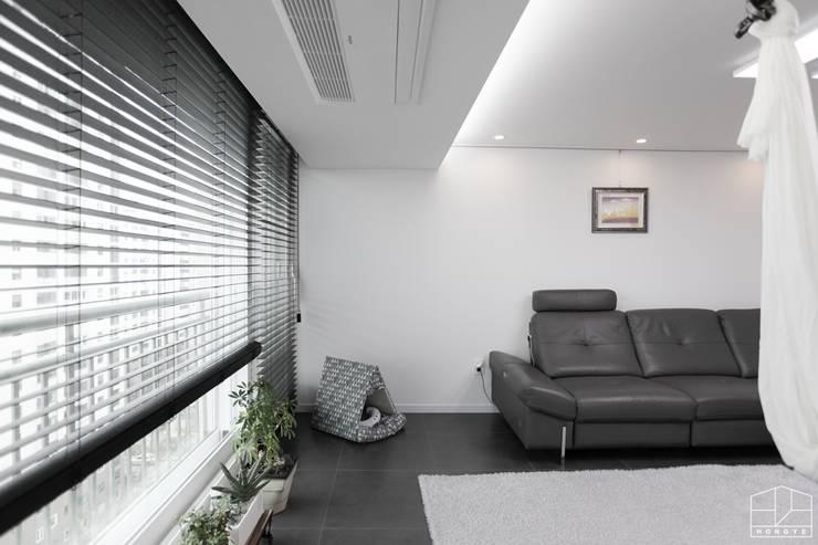 블랙&화이트 모던한 분위기의 평촌 초원2단지대림 아파트 32py : 홍예디자인의  거실
