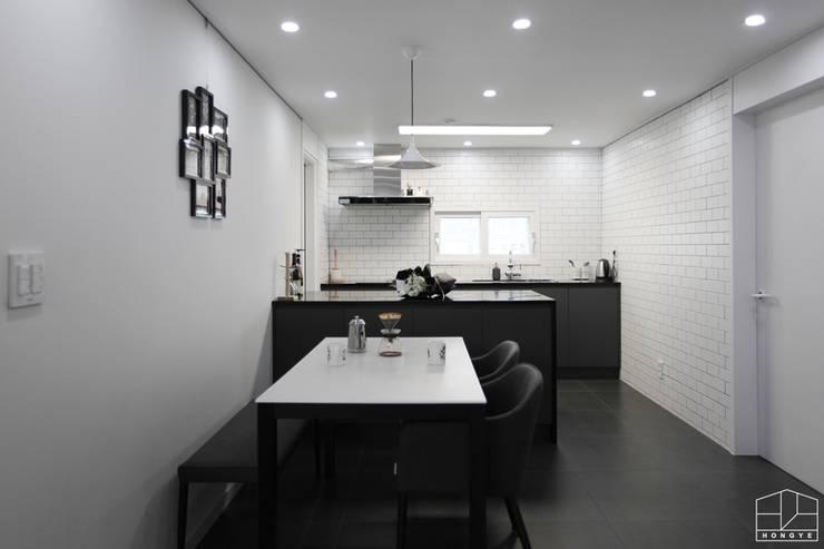 블랙&화이트 모던한 분위기의 평촌 초원2단지대림 아파트 32py : 홍예디자인의  주방,
