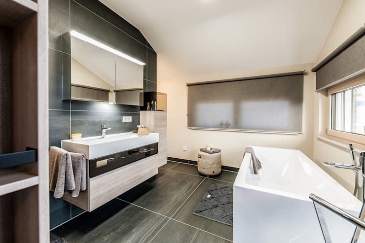 MEDLEY 3.0 - Badezimmer mit großer Badewanne:  Badezimmer von FingerHaus GmbH