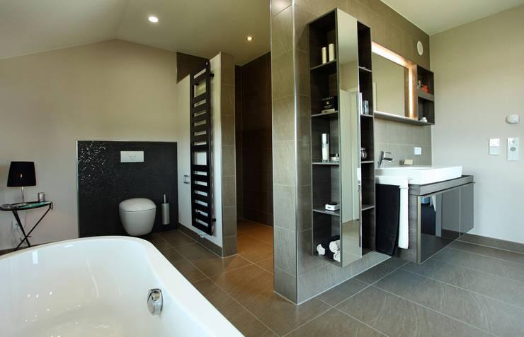 NEO 300 - Die ebenerdig begehbare Dusche befindet sich hinter dem kleinen Wandvorsprung: moderne Badezimmer von FingerHaus GmbH