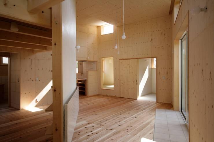かみのっぽろの家~老後に備えたロフト付の平屋の住まい~: 及川敦子建築設計室/ATSUKO-OIKAWA Architects Studioが手掛けたリビングです。