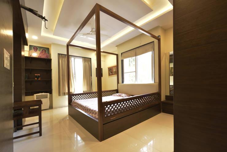 Mr. Shekhar Bedare's Residence:  Bedroom by GREEN HAT STUDIO PVT LTD,Classic Plywood