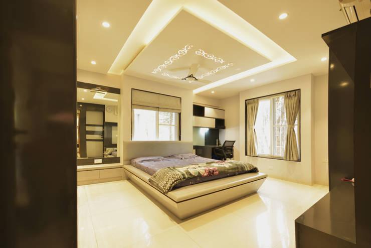 Mr. Shekhar Bedare's Residence:  Bedroom by GREEN HAT STUDIO PVT LTD,Modern Plywood