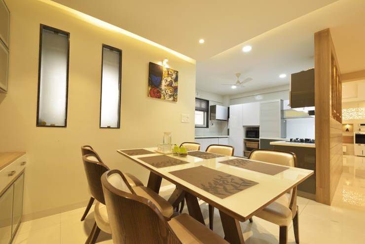 Mr. Shekhar Bedare's Residence:  Dining room by GREEN HAT STUDIO PVT LTD,Modern Solid Wood Multicolored