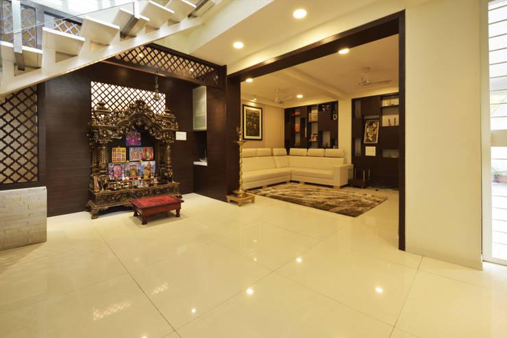 Mr. Shekhar Bedare's Residence:  Living room by GREEN HAT STUDIO PVT LTD,Classic Plywood