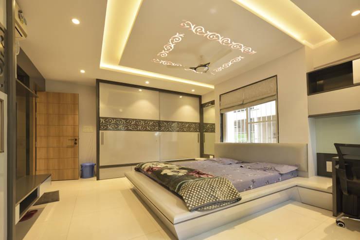 Mr. Shekhar Bedare's Residence:  Bedroom by GREEN HAT STUDIO PVT LTD