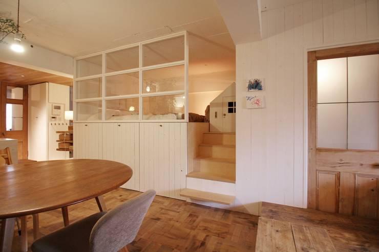 Apartment in tamagawa: Mimasis Design/ミメイシス デザインが手掛けた寝室です。