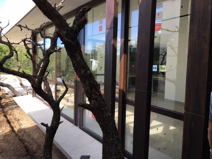 ABERTURA DE PVC : Hoteles de estilo  por QCERO  Aberturas de PVC