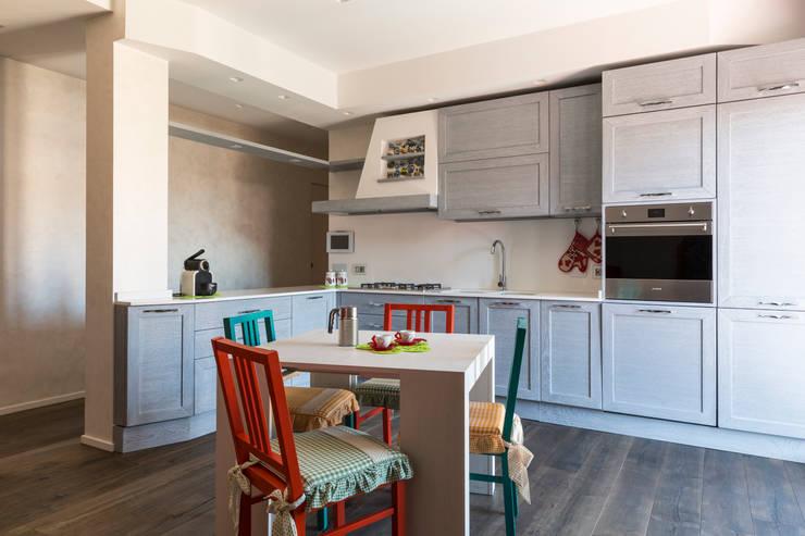 PRENESTINO: Cucina in stile  di a2 Studio  Borgia - Romagnolo architetti, Moderno