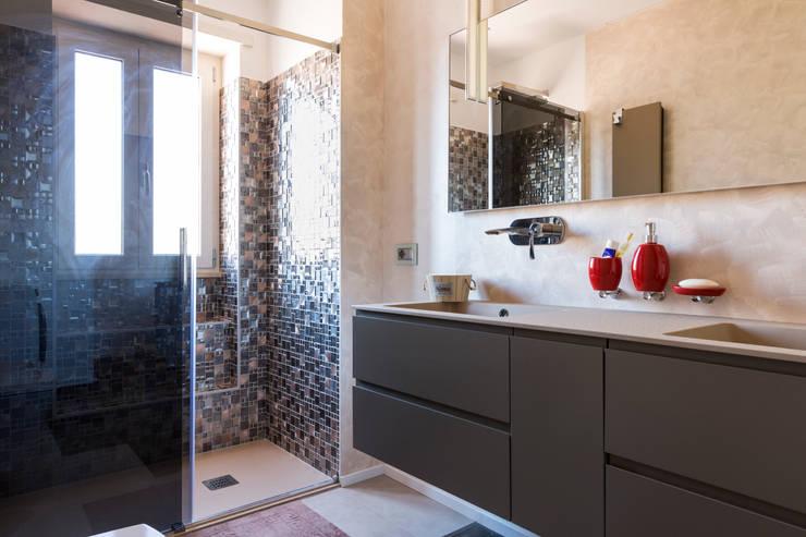 PRENESTINO: Bagno in stile  di a2 Studio  Borgia - Romagnolo architetti, Moderno