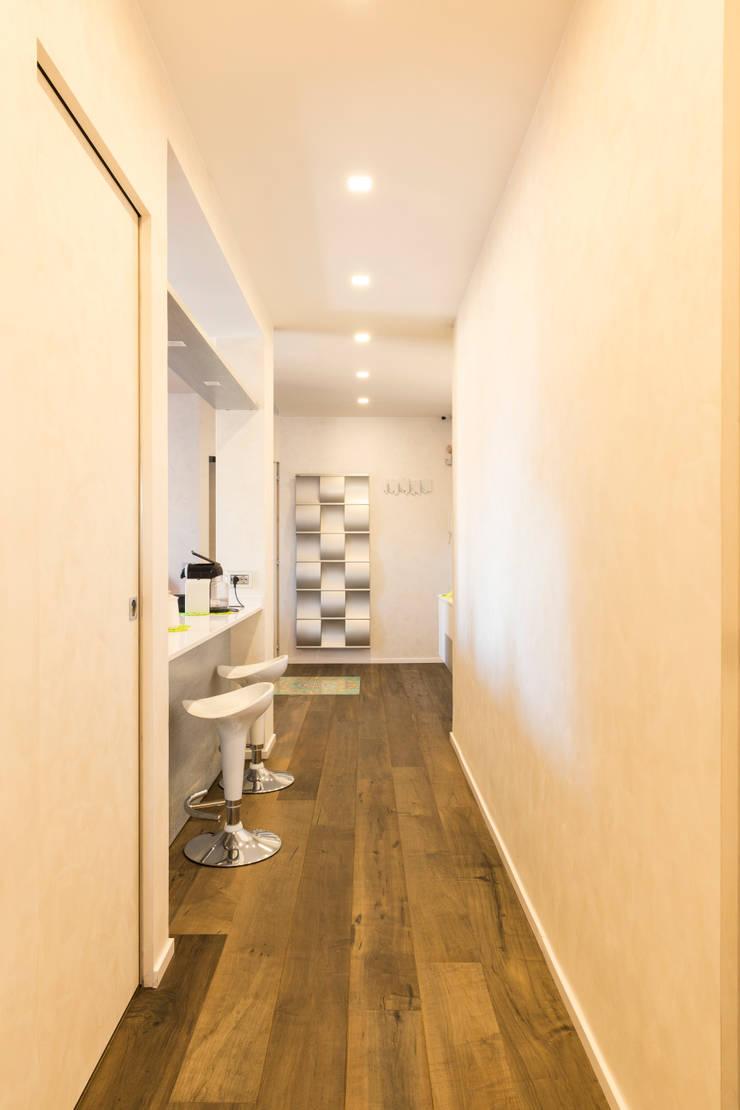 PRENESTINO: Ingresso & Corridoio in stile  di a2 Studio  Borgia - Romagnolo architetti, Moderno