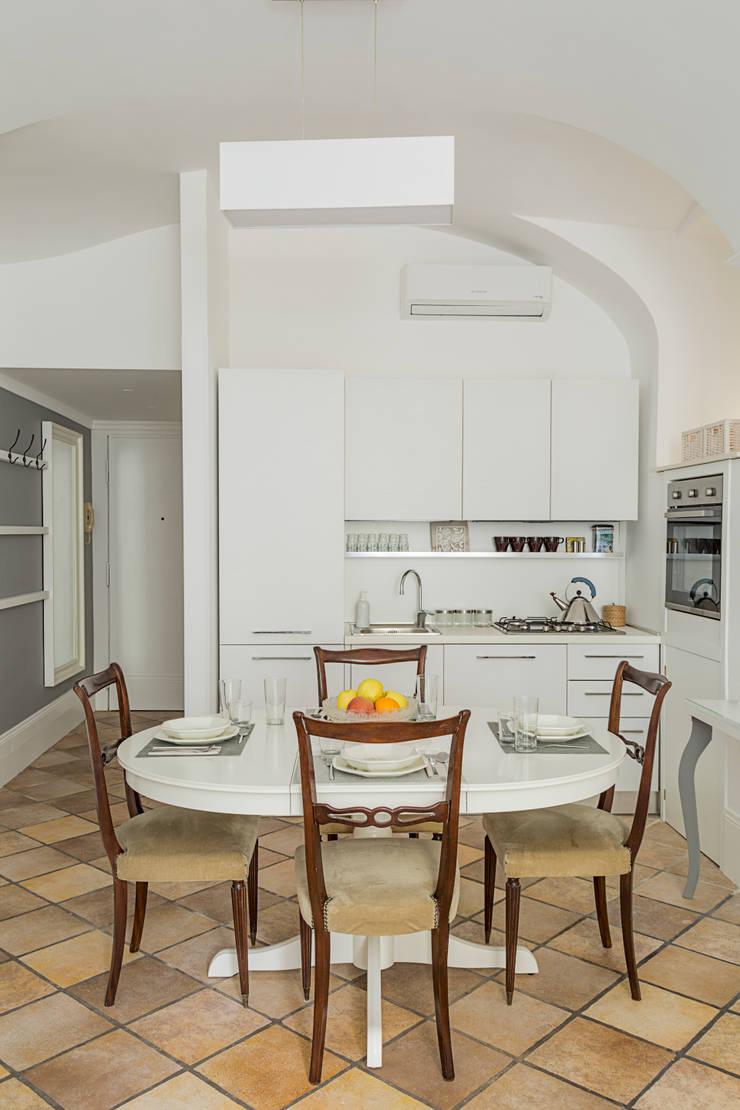 CASA VACANZA SAN GIOVANNI: Cucina in stile  di a2 Studio  Borgia - Romagnolo architetti, Moderno
