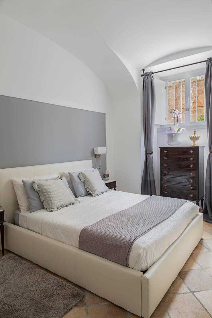 CASA VACANZA SAN GIOVANNI: Camera da letto in stile  di a2 Studio  Borgia - Romagnolo architetti, Moderno
