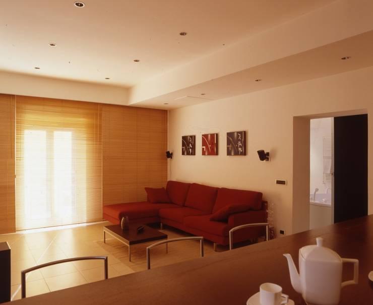 EUR MAGLIANA: Soggiorno in stile  di a2 Studio  Borgia - Romagnolo architetti