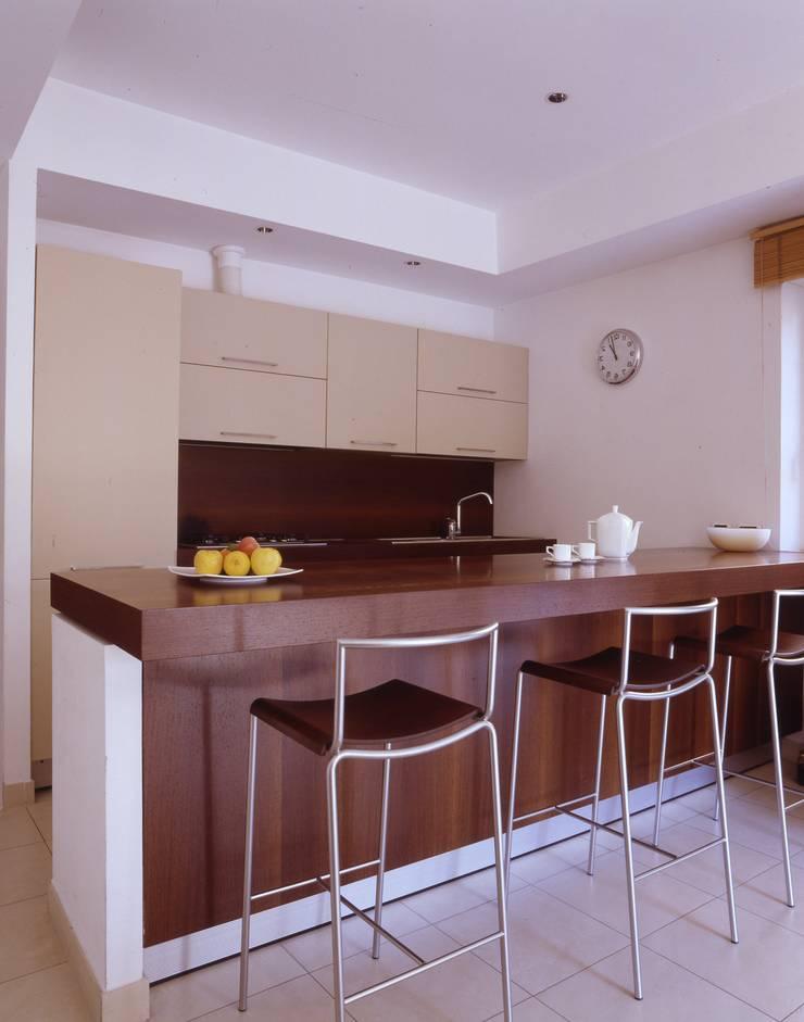 EUR MAGLIANA: Cucina in stile  di a2 Studio  Borgia - Romagnolo architetti