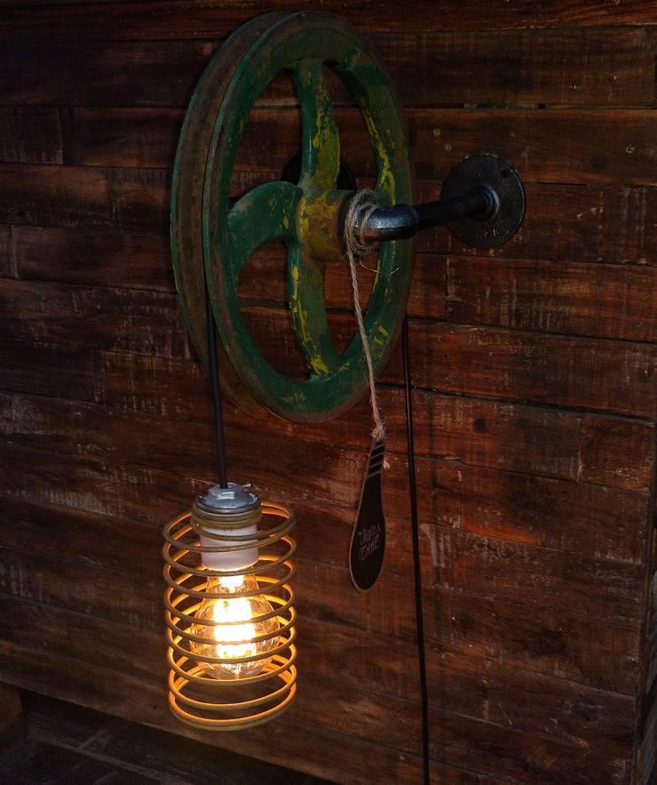 Lampara Pared Polea Reutilizada Estilo Industrial Vieja Eddie: Livings de estilo  por Lamparas Vintage Vieja Eddie
